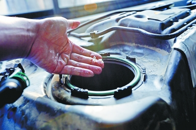 图为油箱内发现的大米。记者杨涛 摄