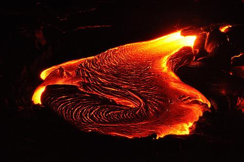 有时候在一些特殊的地点,岩浆发生旋转,形成的岩绳走向亦就变得异常复杂。