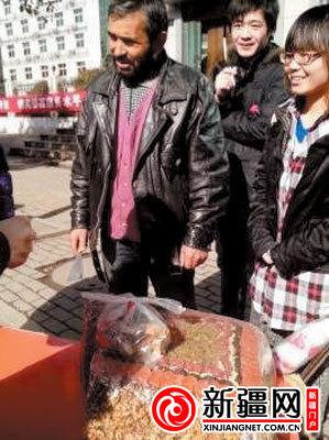 """网友""""文武堂主""""在见证了新疆大叔见义勇为之后,又在天津中心公园看到了他,大叔的生意好像还不错。(微博截图)"""