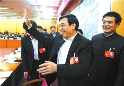 王安顺离开?时与 代表们挥手道别。本报记者张伟摄