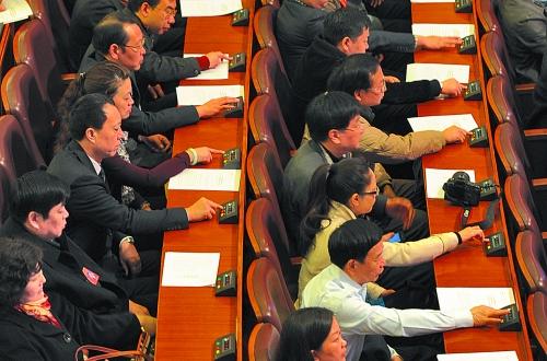 省政协大会闭幕前,委员们进行表决。