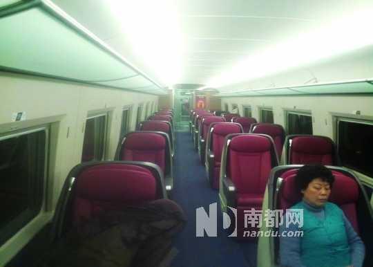 樊先生的微博图片显示,北京至合肥的当次高铁车厢空荡荡的。