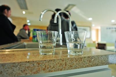 纯水(左)和自来水一样透明但口感不一样。