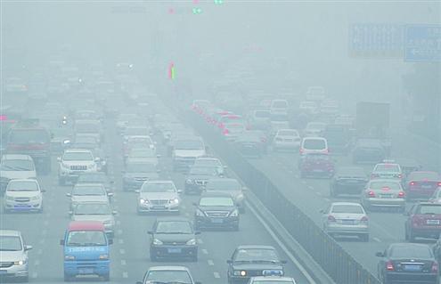 目前机动车燃料由于品质相对较差,难以达到清洁、高效的利用,是造成空气污染的重要原因之一 记者刘畅摄