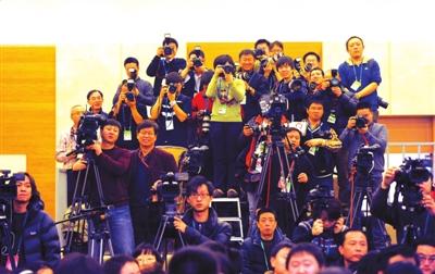 市长见面会上的媒体记者。本报记者张伟摄
