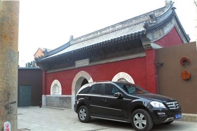 小图:两寺庙平时不对外开放。大图:智珠寺被改为餐厅,陈设雅致。本报记者谭青摄