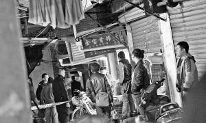 开平路一家金店遭打劫,警察封锁现场。记者 陈理杰 摄