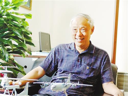 王小谟/王小谟院士在办公室,办公桌上放着他心爱的预警机模型2011年5月...