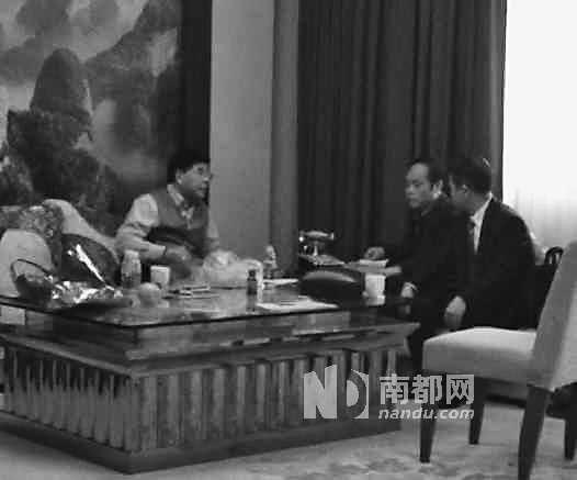 在黄玉彪落选后,两名中间人退还之前黄送给邵东团的6.6万元(视频截图)。