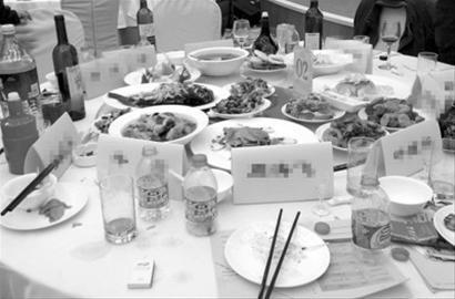 25日,甘肃驻京办餐厅某公司迎新晚会的一桌菜品基本没动过。 /CFP