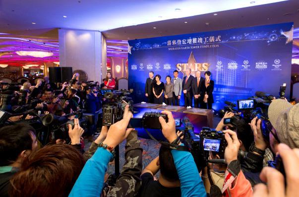 香港红星古天乐、袁咏仪及朱茵于星期一在金沙城中心出席澳门喜来登酒店宏地楼竣工典礼后,为金沙城中心的「星光大道」进行打手印及签名仪式。