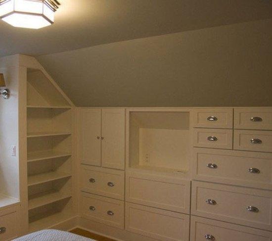 在阁楼中量身定做一个衣柜,设计成了多个隔层,这样衣帽间内的东西一览图片