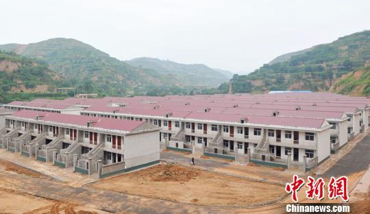 正在建设的王家沟村,因采矿区塌陷而建的移民新村。 任丽娜 摄
