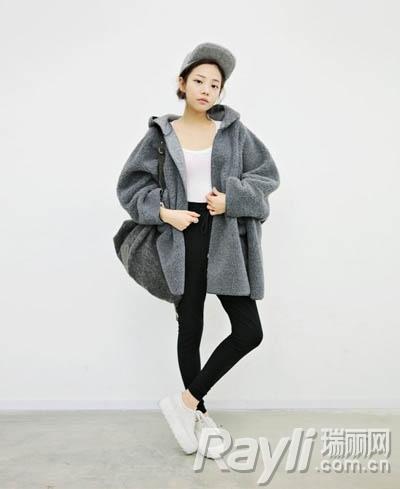 深灰色连帽宽松外套搭配白色上衣和黑色哈伦裤以及棒球帽