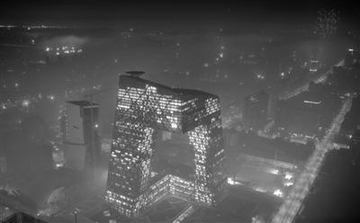 2012年1月23日凌晨,全城大范围燃放烟花后,央视大楼笼罩在一片雾霾中。资料图片 陈杰 摄