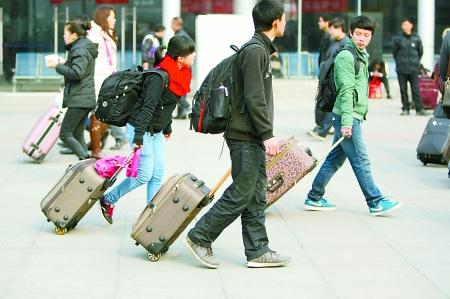 火车北站,旅客们拉着行李箱回家. 记者 龙在全 摄