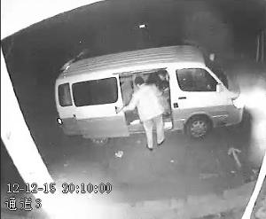 随后关上车门离开 视频截图