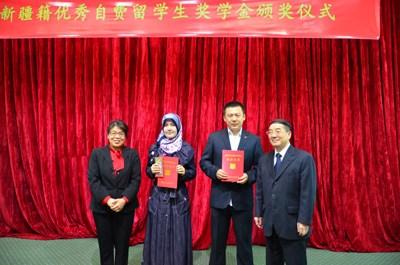 驻埃及使馆为新疆籍优秀自费留学生颁发奖学金