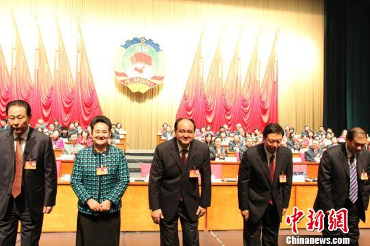 30日,中国人民政治协商会议新疆维吾尔自治区第十一届委员会第一次会议举行第三次全体会议,会上,努尔兰・阿不都满金和其他政协委员一起投票。 王小军 摄