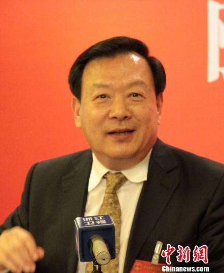 图为夏宝龙在浙江省十二届人大一次会议的代表团会议上讲话。 张茵 摄