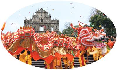 澳门巴洛克风格的大三巴前,每逢春节就会有舞龙舞狮的表演把节庆的