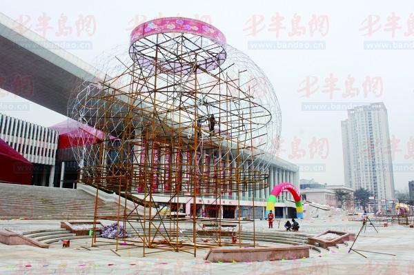 1月20日,因为彩灯太大,工作人员只能分成两半来焊接。