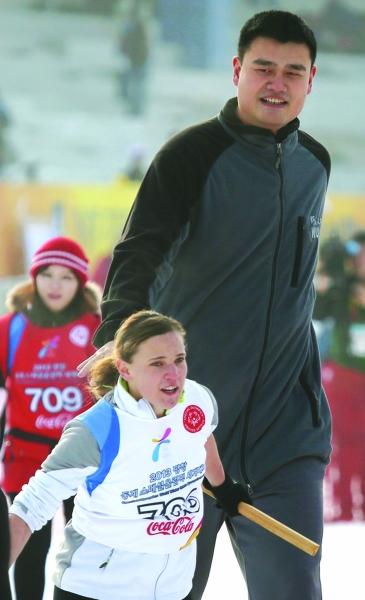 姚明携手特冬奥会运动员。