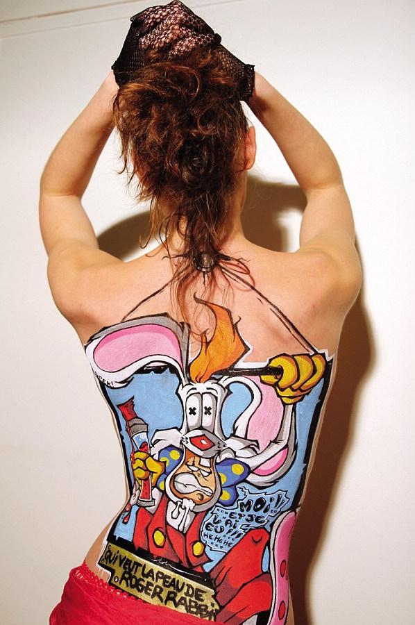 美女裸体涂鸦照蹿红网络 胸部臀部均有作品/图(1)_社会_光明网