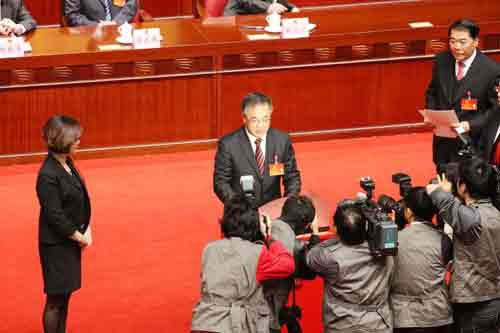中共中央政治局委员、广东省委书记胡春华投票。杨洪 摄