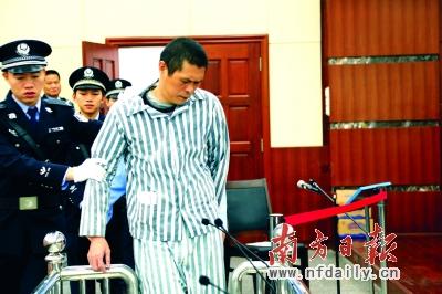 市安监局原局长陈建国被押入法庭。 黄少宏 刘晓南 摄