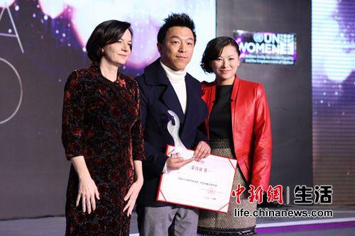 """黄渤获颁2012女性传媒大奖""""年度影响力男性""""大奖"""