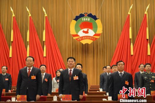1月31日上午,历时8天的政协内蒙古十一届一次会议胜利闭幕。图为参会人员全体起立,乐队奏国歌。任晏黎 摄