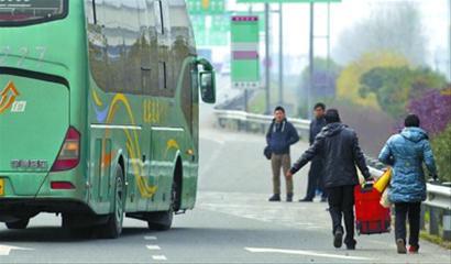 1月份32名大巴司机因高速公路违法下客被 秒杀 失业