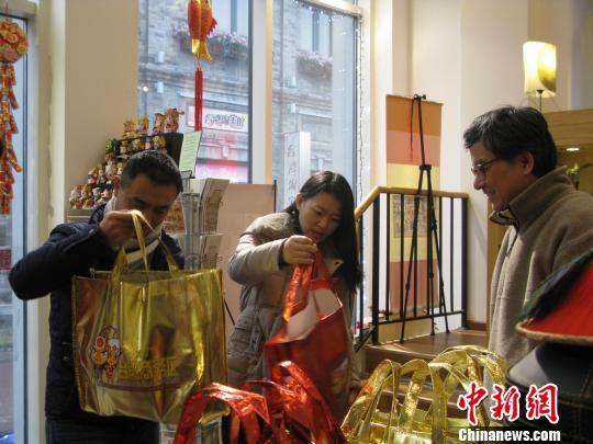 民众在北京前门台湾街选购福袋。 郑巧 摄