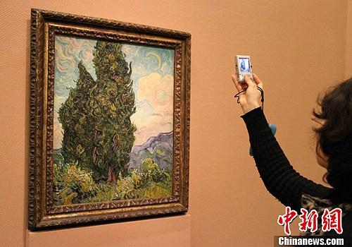 图为荷兰画家文森特·梵高的作品《柏树》.中新社发 潘旭临 摄图片