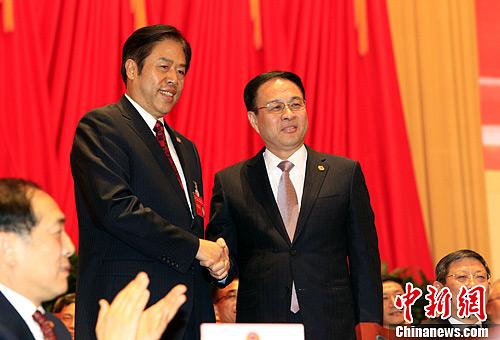 1月31日晚,政协上海市第十二届一次会议闭幕。政协上海市第十一届委员会主席冯国勤(右)与新当选的政协主席吴志明握手。中新社发 潘索菲 摄