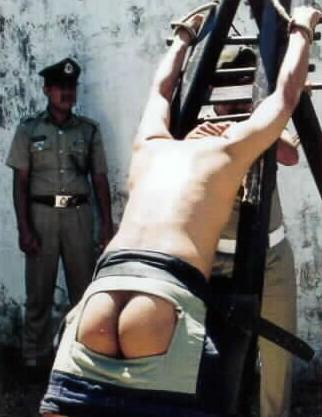 新加坡残酷鞭刑,要求一鞭就皮开肉绽.-打两下就晕倒 鞭刑那些事儿