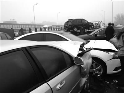 昨晨6时50分,G7京新高速上地桥路段由南向北出城方向,因地面湿滑,30余辆车发生碰撞。新京报记者 申志民 摄