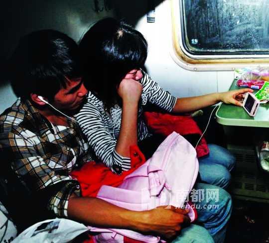 夫妻在哪看成人电影_1一对小夫妻在车上用手机看电影.