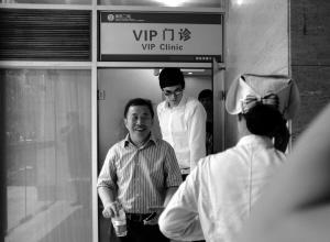 2012年8月10日 孙杨看望在浙医二院治疗的朱志根。伦敦奥运夺冠后,孙杨在不同场合对身体欠佳的恩师表达了感恩之情。