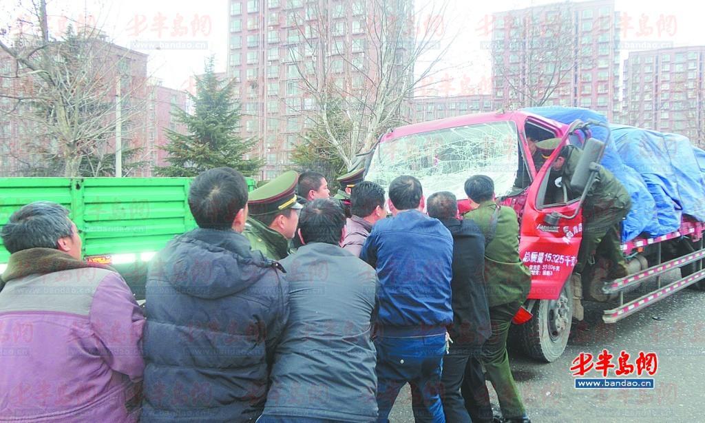 众人一起用绳子拉拽受损小货车车头救人.