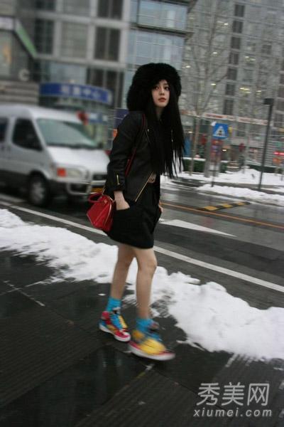 个性的蓝色棉袜和撞色球鞋