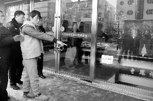 立功嫌疑人正在偷盗金店财物 监控录相截图 N8