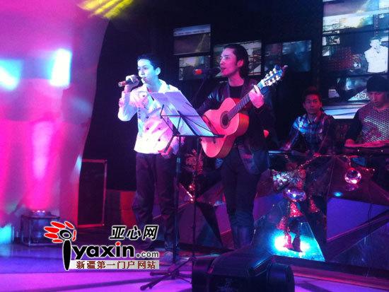 艾尔肯/艾尔肯和小歌迷(左)一起演唱《飞舞的节拍》