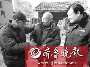 王广聚(中)和陈正文(左一)见面时的情景。