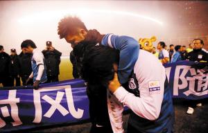 2012年11月3日,实德中超告别战0比3惨败贵州人和,赛后队员抱头痛哭。