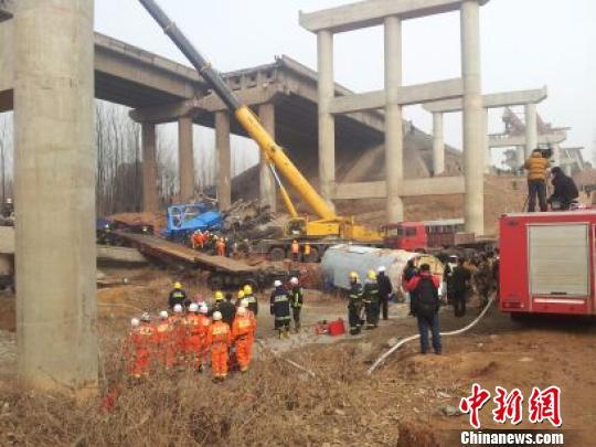 连霍高速坍塌大桥救援现场 齐永 摄