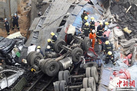 2月1日上午9点,连霍高速渑池段服务区附近一辆载满烟花爆竹的货车发生爆炸,引起桥面断裂。坍塌桥梁长度约80米,从桥上掉下6辆车,死亡5人,伤8人。图为事故现场。中新社发 王中举 摄