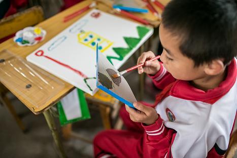 内蒙的小朋友们在心灵艺术课堂上完成了自己的第一幅画作。