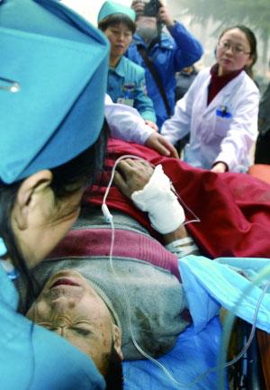 2月1日,伤者在义煤集团总医院接受救治。新华社发